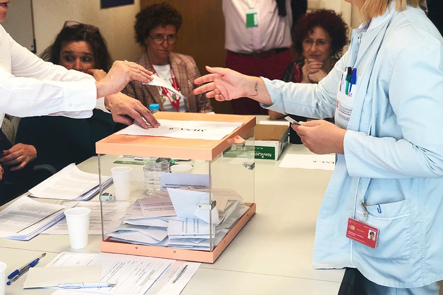 Una enfermera deposita su voto en el Hospital de Navarra.